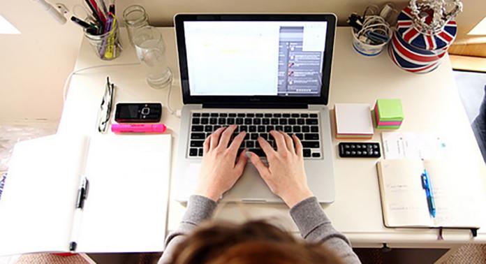 O sonho de se tornar uma blogueira de sucesso habita a cabeça de muitas mulheres empreendedoras, antenadas e apaixonadas por moda. Transforme esse sonho em realidade e saiba como se tornar uma blogueira de sucesso.